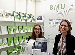Sophia Rodeland und Dorothee Pflugfelder (BMU-Bundesgeschäftsstelle) am BMU-Messestand